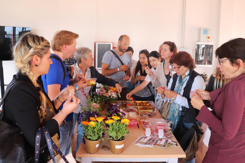 I partecipanti attorno al tavolo dei fiori